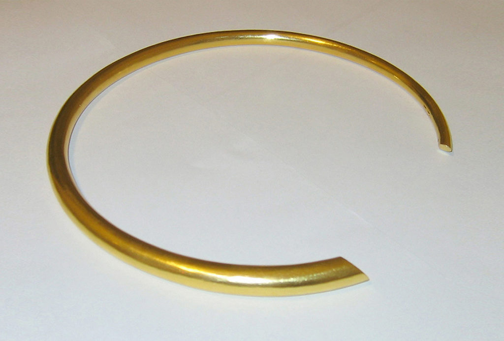 Necklace. 900 gold, hollow driven