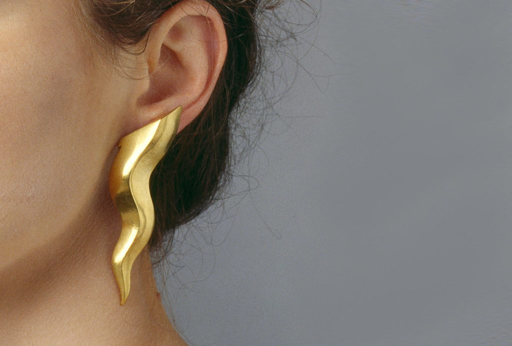Earrings <em>Strahl</em> [ray], 1989. Silver 925 gold plated, Photo: Richard Beer München