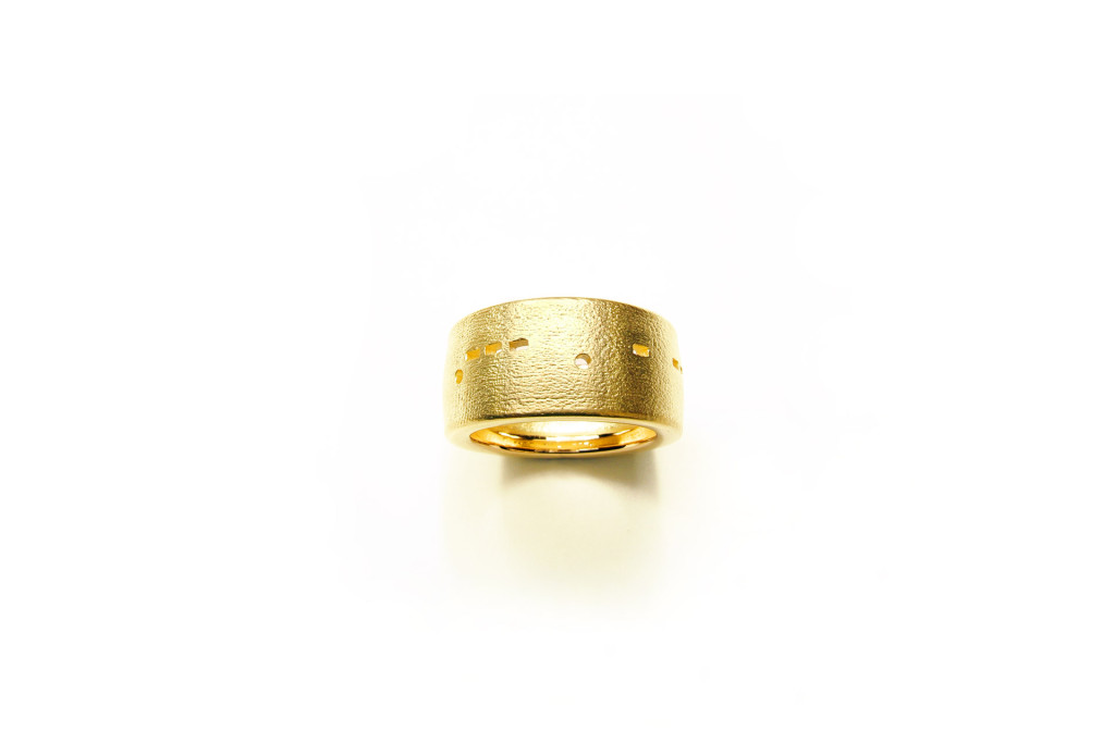 <em>Morsering -JETZT-</em> [Morse ring - NOW -] with Morse code, 2007. 750 gold, W 1,02 cm. Ca. 1787–2287 €.