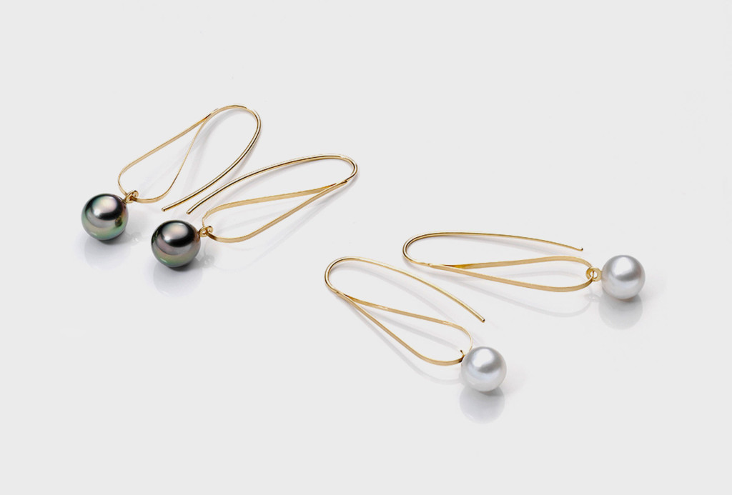 <em>Perl</em> earrings. 750 yellow gold, tahitian und south sea pearl
