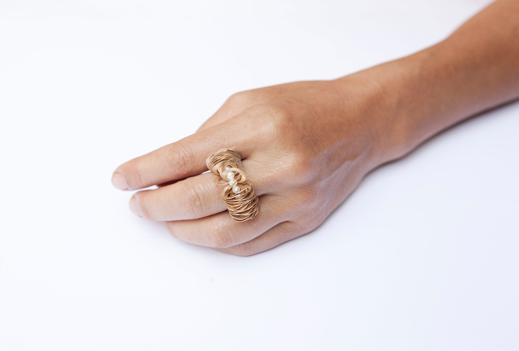 <em>kleine welle</em> ring. 750 gold, pearls. Photo Miriam Künzli
